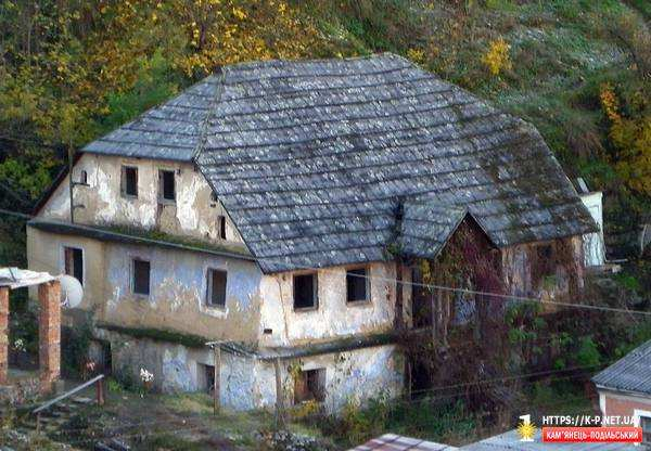 Глиняний двохповерховий будинок