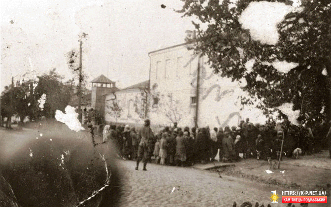 Євреї перед відправкою в Кам'янці