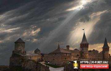 Кам`янець Подільський замок в похмуру погоду.
