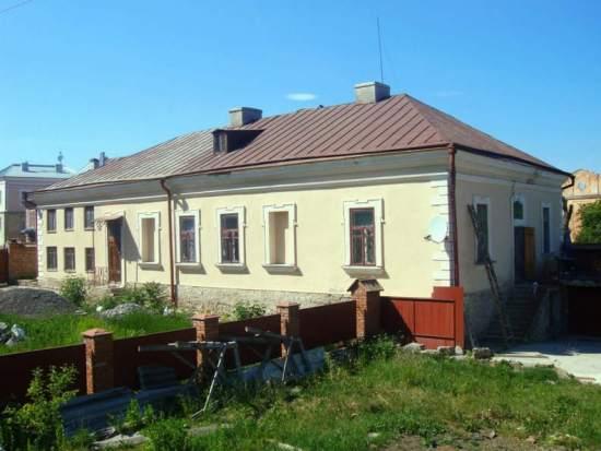 Вигляд на будинок зі сторони